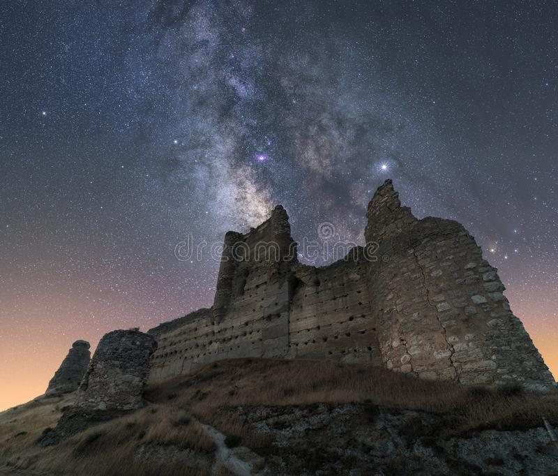Ландшафт ночи с млечным путем над старым замком стоковые изображения
