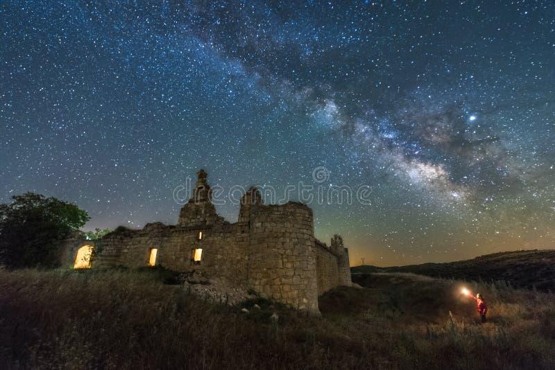 Ландшафт ночи с млечным путем над старым замком стоковое изображение