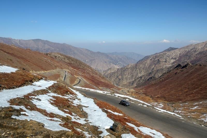 Ландшафт обматывая шоссе на дороге Babusar с целью горной цепи стоковые фотографии rf