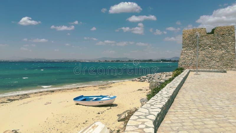 Ландшафт, обозревая море, горизонт, прогулку и шлюпку белого и голубого цвета стоковое фото rf