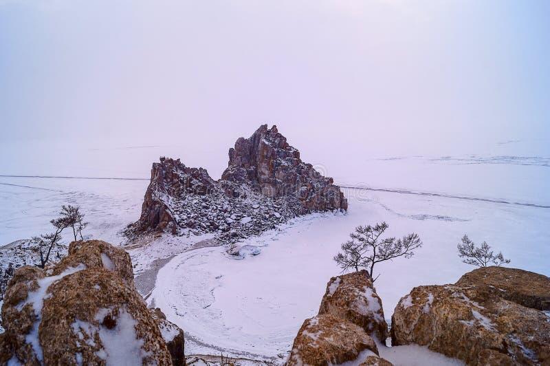 Ландшафт озера Байкал зимы на пасмурной погоде стоковые фотографии rf