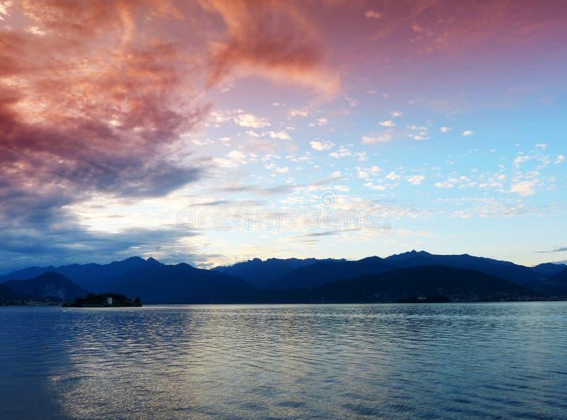 Ландшафт озера на заходе солнца, Stresa Maggiore, Италии стоковое фото