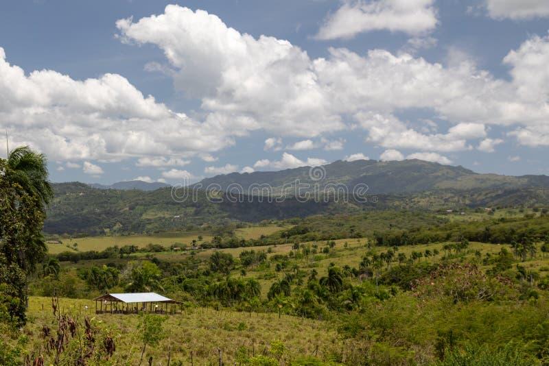 Ландшафт острова с сараем в холмах стоковое изображение