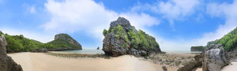 Ландшафт панорамы пляжа острова и песка на пляже Ko Paluai Songpeenong, национальном парке ремня Ang Mu Ko стоковые изображения rf