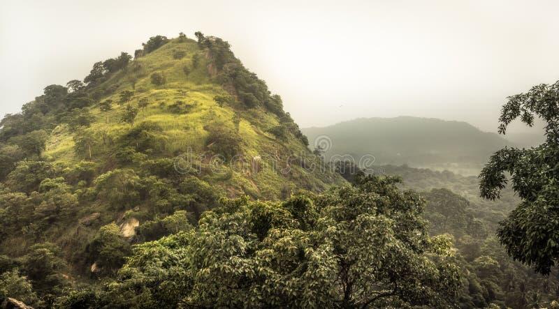 Ландшафт пейзажа леса горы тропический с драматическим небом в окрестностях Шри-Ланка Dambulla азиата стоковое изображение