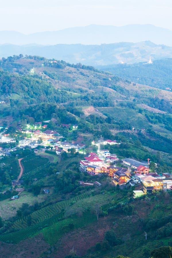 Ландшафт пейзажа Doi Mae Salong и деревни Santikhiri в вечере, красивые слои гор и плантации чая стоковое изображение rf
