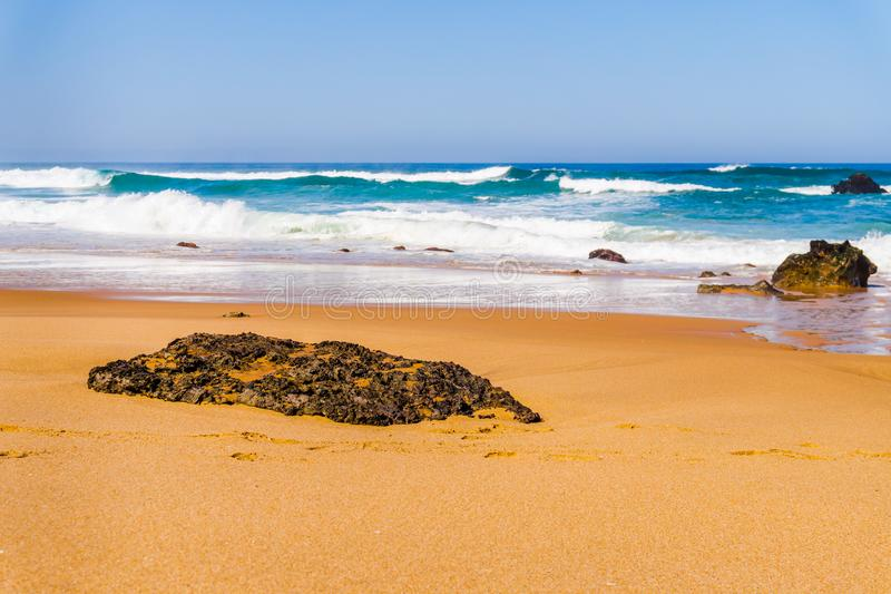 Ландшафт песчаного пляжа с камнями, побережья Adraga Португалии Атлантич стоковое фото rf
