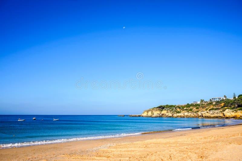 Ландшафт пляжа Алгарве рано утром на Португалии стоковые фотографии rf