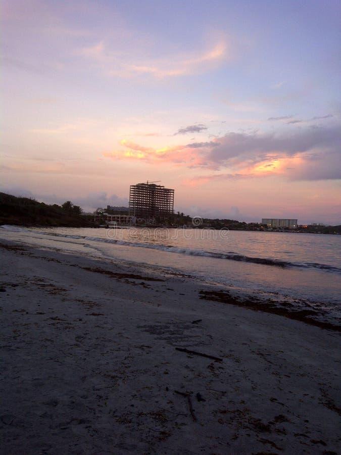 Ландшафт пляжа на заходе солнца на береге карибского моря на острове Маргарите в Венесуэле стоковые фотографии rf