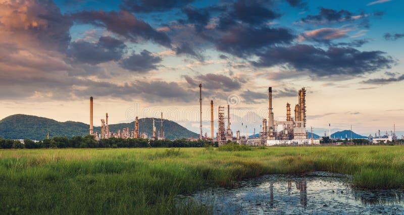 Ландшафт промышленного предприятия рафинадного завода нефти и газ , Петрохимические или химические здания процесса перегонки , Фа стоковые изображения rf