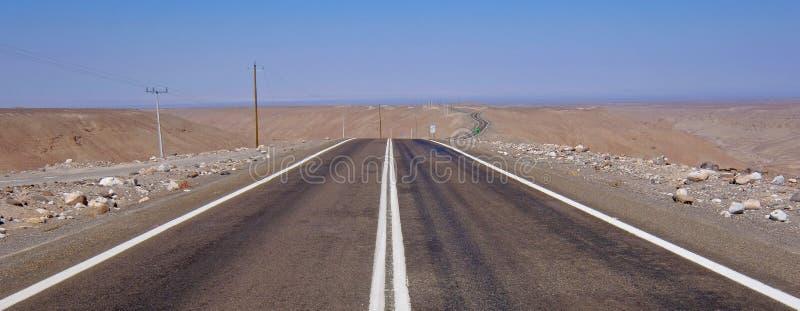 Ландшафт пустыни Atacama ринва дороги ведущий с песком, дюнами и горами, Андами около Huara, Чили стоковое фото rf
