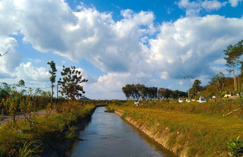Ландшафт реки под чудесным небом стоковые изображения rf