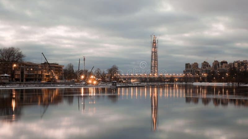 Ландшафт Санкт-Петербурга центра Lahta от острова Krestovsky стоковое изображение rf
