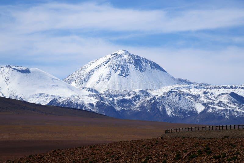 Ландшафт северной Чили с горами Анд и вулканами, пустыней Atacama, Чили стоковые изображения rf