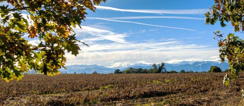 Ландшафт сельской местности с горной цепью Пиренеи в backgroun стоковые фото