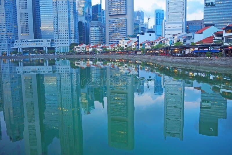 Ландшафт Сингапура в отражении воды, мае 2018 стоковое изображение