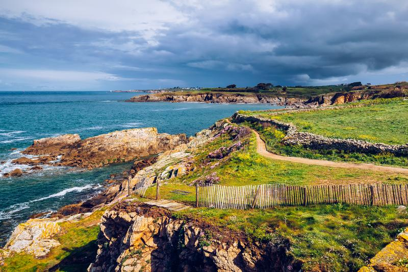 Ландшафт скалистого атлантического побережья в Бретани Бретане, Франции стоковые изображения rf