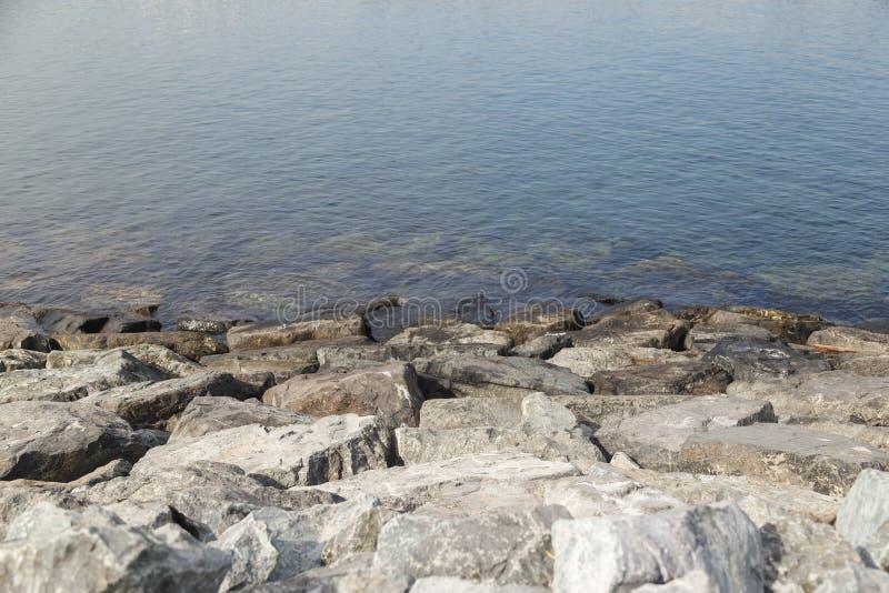 Ландшафт скалистого пляжа на сумраке стоковые изображения