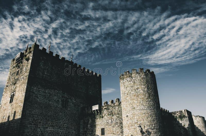 Ландшафт старых каменных замка и облаков стоковое изображение