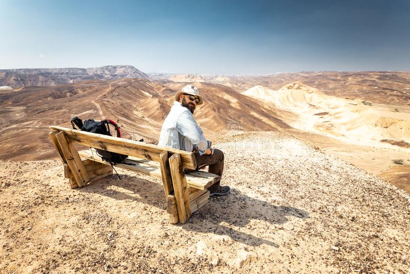 Ландшафт стенда саммита горы пустыни Backpacker туристский сидя стоковая фотография rf