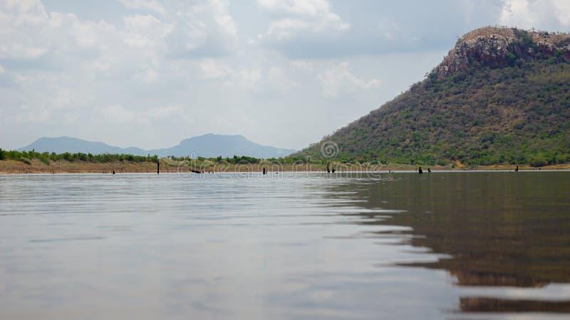 Ландшафт с видом на озеро стоковая фотография rf
