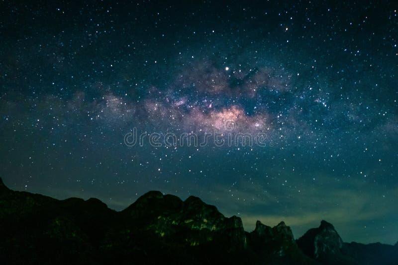Ландшафт с галактикой млечного пути Ночное небо со звездами над горой Фотоснимок долгой выдержки стоковая фотография rf