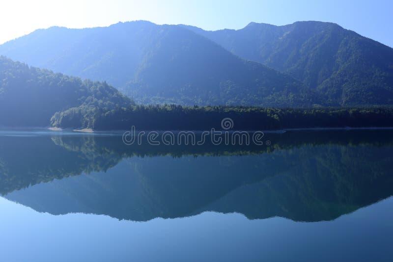 Ландшафт с голубым озером стоковое фото rf
