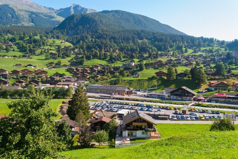 Ландшафт с горным селом в лете, Grindelwald, Швейцарией стоковое изображение