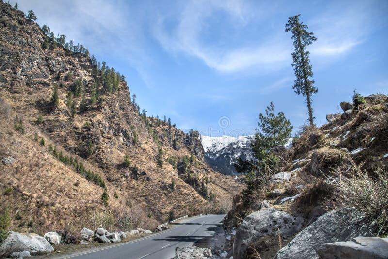 Ландшафт с дорогой и горами стоковое фото rf