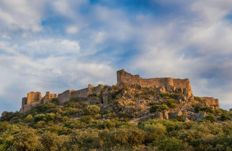 Ландшафт с замком на горе mancha la Кастилии Испания стоковые изображения