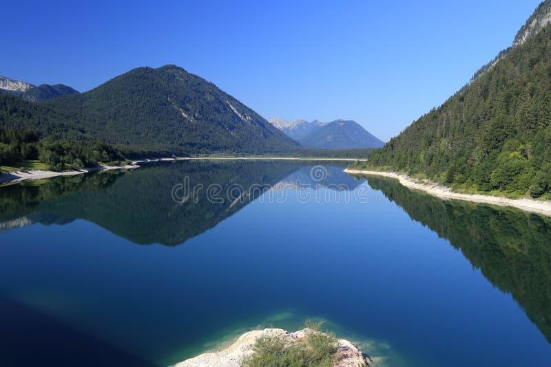 Ландшафт с красивым голубым озером стоковые фотографии rf