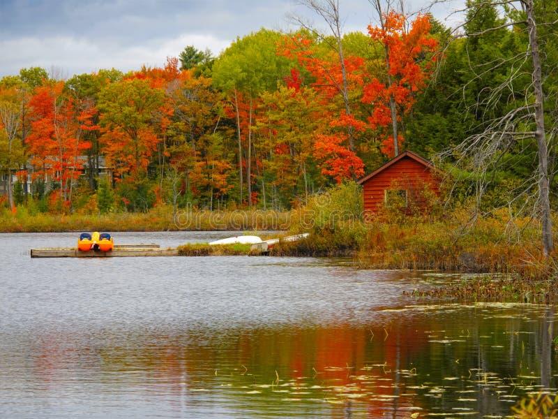 Ландшафт с красной кабиной стоковая фотография rf