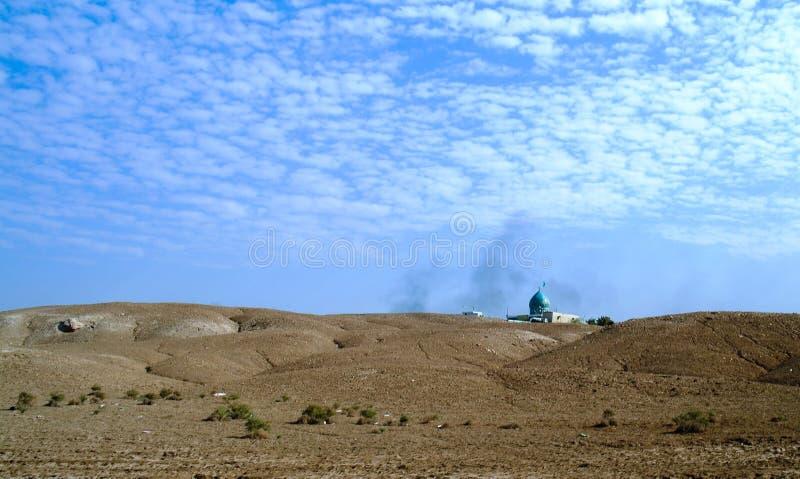 Ландшафт с мечетью на месте рождения Borsippa Авраама пророка, Babil, Ирака стоковая фотография rf