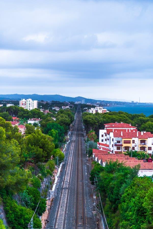 Ландшафт с морем, горами и железнодорожными путями стоковое изображение rf
