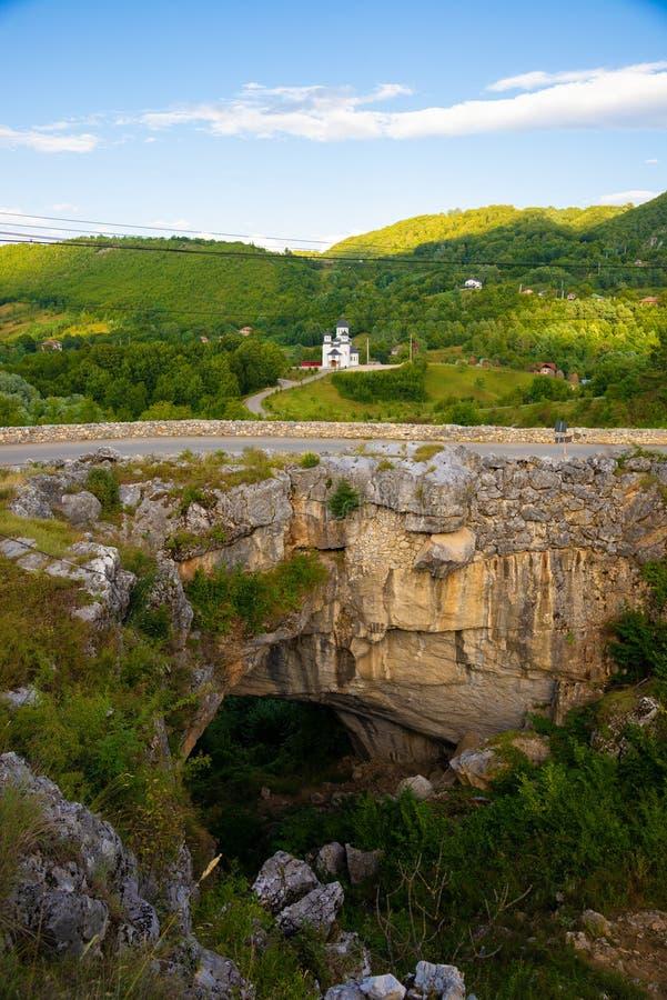 Ландшафт с мостом бога естественный мост в Румынии стоковые изображения rf