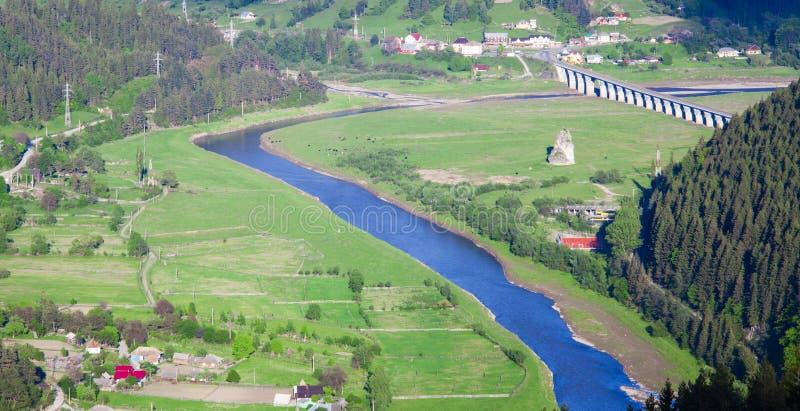 Ландшафт с рекой и сельской местностью Bistrita стоковые изображения rf