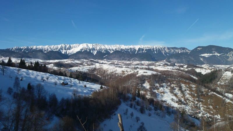 Ландшафт с снежком и горами стоковая фотография