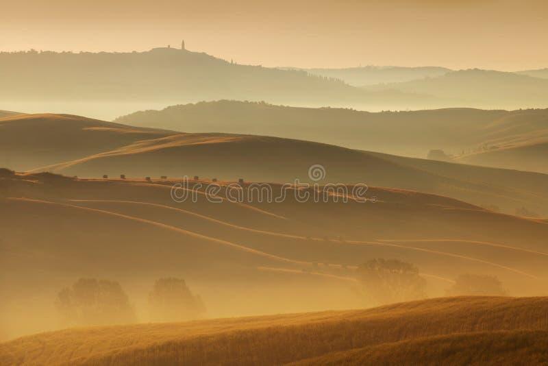 Ландшафт Тосканы на восходе солнца Типичный для сельского дома региона тосканского, холмов, виноградника Ландшафт Италии свежий з стоковая фотография rf