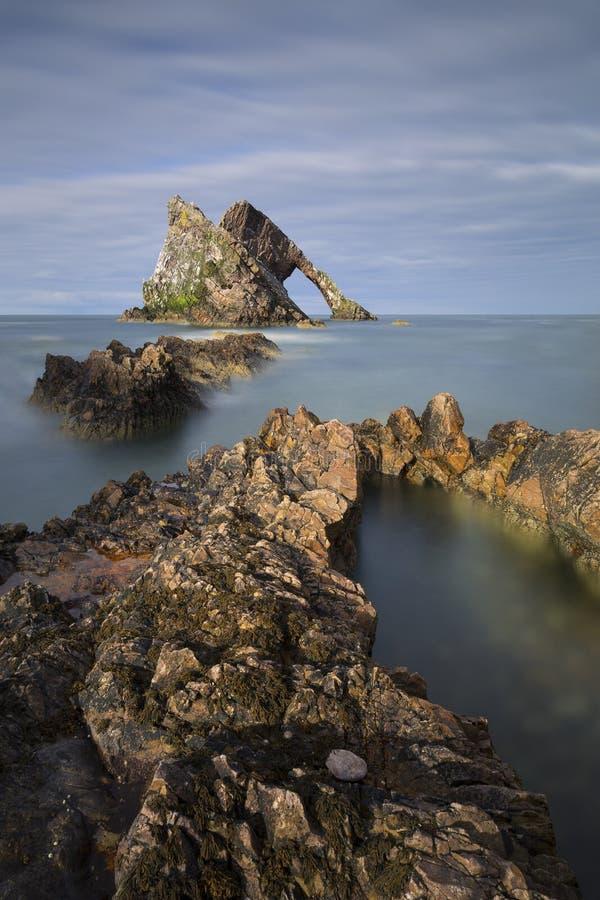 Ландшафт утеса смычка-fidle на побережье Шотландии на пасмурном после полудня стоковые фото