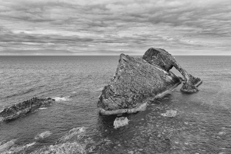 Ландшафт утеса смычка-fidle на побережье Шотландии на преобразовании пасмурного после полудня художественном стоковая фотография rf