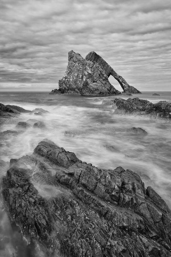 Ландшафт утеса смычка-fidle на побережье Шотландии на преобразовании пасмурного после полудня художественном стоковое изображение