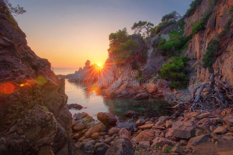 Ландшафт утра в заливе моря скалистой природы моря пейзажа побережья на восходе солнца Изумляя взгляд на утесах и море на испанск стоковая фотография rf
