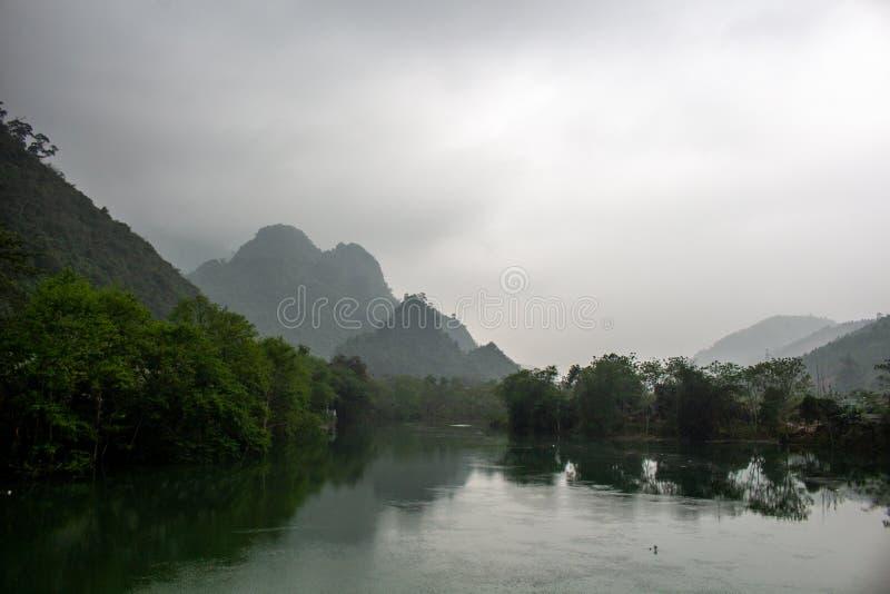 Ландшафт Ha Giang гор Вьетнама стоковые фотографии rf