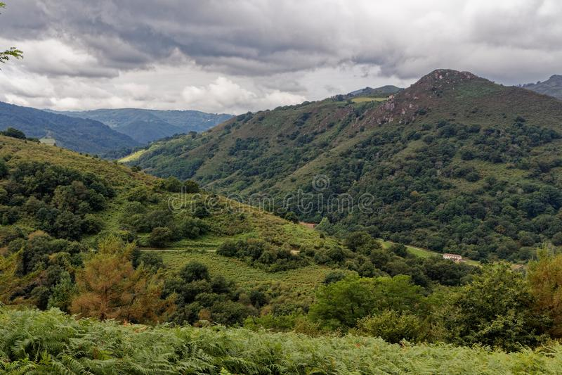 Ландшафт Pays баскский, французская сельская местность в горах Пиренеи стоковая фотография rf