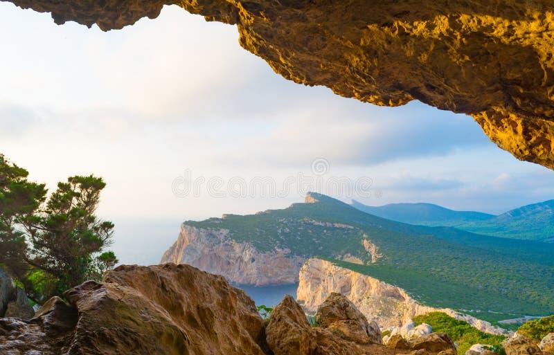 ландшафт sardinian побережья осмотренный от пещеры rotti vasi стоковые изображения rf