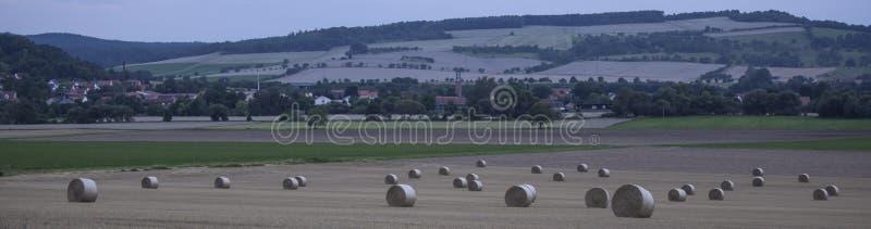 Ландшафты сельской местности связки сена стоковые изображения