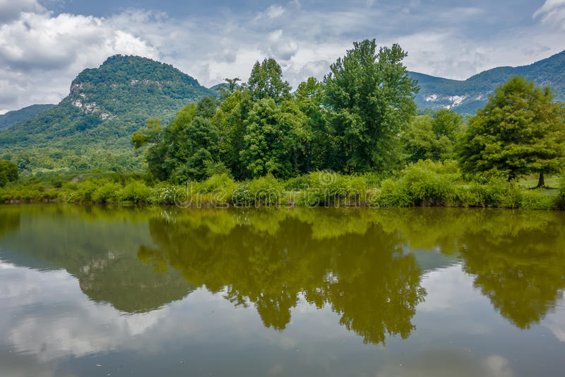Ландшафты утеса прикормом и печной трубой озера стоковые фото