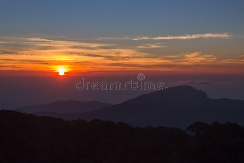 Ландшафт восхода солнца над туманными горами в утре на Chia стоковые фотографии rf