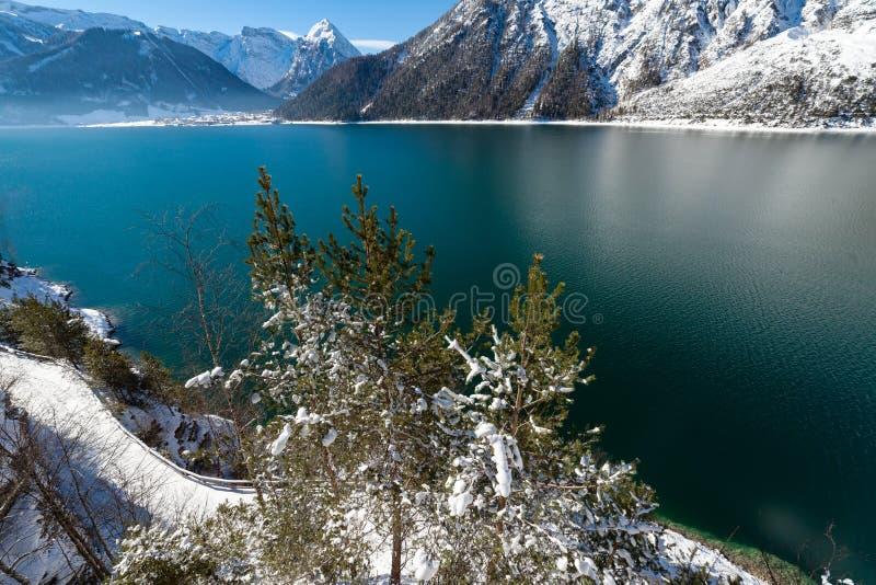 Ландшафт в Альпах, Австрия снега вида на озеро горы, Achensee, Tiro стоковая фотография