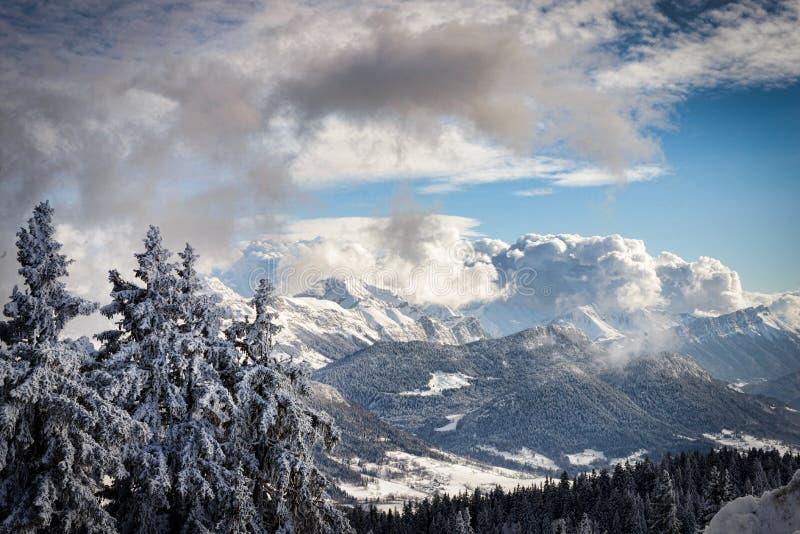 Ландшафт горы зимы в французских Альпах стоковые изображения rf